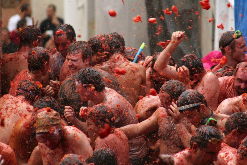 """As maiores festas culturais do mundo – Veja as principais festas culturais pelo mundo – Na última quarta-feira de agosto, as ruas de Buñol, na província de Valência, na Espanha, ficam completamente vermelhas. É nesse dia que os espanhóis comemoram a Tomatina, """"guerra pacifica"""" com tomates. No meio de todo o caos, pessoas tentam escalar um pau de sebo para agarrar um presunto - Foto: aaroncorey on Visual hunt / CC BY-NC-ND - Foto: aaroncorey on Visual hunt / CC BY-NC-ND/Rota de Férias/ND"""