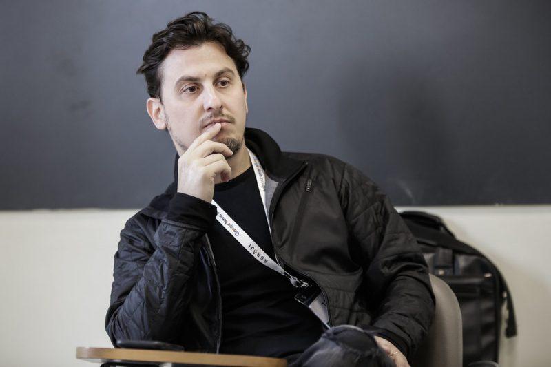 Leandro Demori, editor-chefe do The Intercept, conversava com sua equipe sobre a Vaza Jato – Alice Vergueiro/Abraji/Divulgação/ND