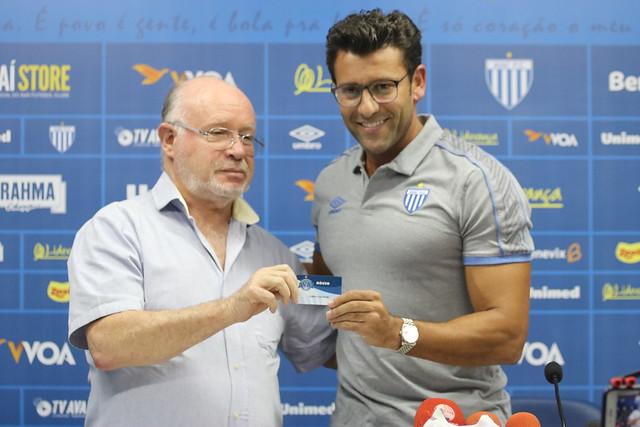 Alberto Valentim é apresentado pelo presidente Francisco Battistotti no dia 19 de junho de 2019 - Frederico Tadeu/ND