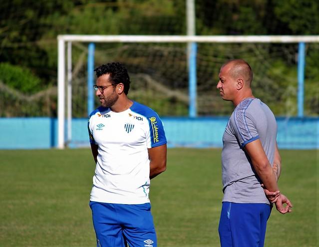 Alberto Valentim ao lado do ídolo Marquinhos Santos; trabalho do novo técnico com o aval de M10 - André Palma Ribeiro/Avaí FC