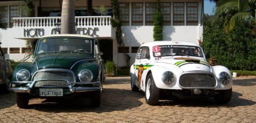 Um exemplar 1962 (esq.) e o #96, que disputou a Classic Cup, com Gomes ao volante, entre 2003 e 2008 - Foto: Acervo Pessoal/Flavio Gomes - Foto: Acervo Pessoal/Flavio Gomes /Garagem 360/ND