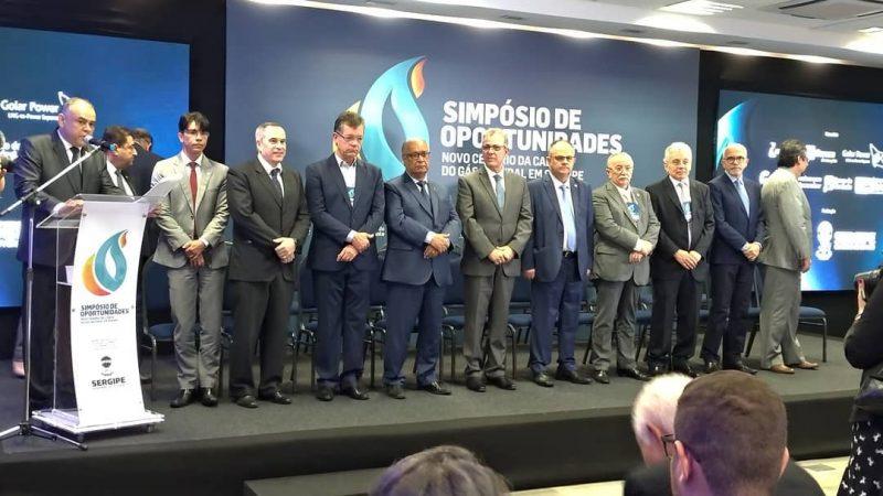 """Presidente da Assembleia Legislativa de Sergipe, Luciano Bispo, governador Belivaldo Chagas e outras autoridades no """"Simpósio de Oportunidades: novo cenário da cadeia de gás natural"""" – Alese/Reprodução/Facebook"""