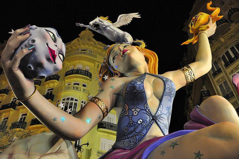 No mês de março, a partir de 15, a cidade de Valência, na Espanha, recebe o festival de Las Fallas. As fallas são grandes esculturas de madeira, papelão e outros materiais, que são espalhadas por toda a cidade. Normalmente, elas retratam diferentes assuntos de forma satírica. Em 19 de março, dia de São José, todas as imagens são queimadas - Foto: keith ellwood on Visualhunt.com / CC BY - Foto: keith ellwood on Visualhunt.com / CC BY/Rota de Férias/ND
