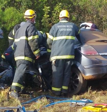 Vítima precisou ser retirada do veículo por profissionais do Corpo de Bombeiros Militar, após ficar presa entre as ferragens – CBMSC/Divulgação/ND