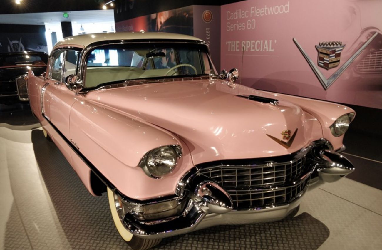 Cadillac Fleetwood Sixty Special 1955 – Este talvez seja o carro mais emblemático de Elvis. O Cadillac rosa foi usado pelo ídolo em diversos tours. Sua mãe também costumava circular com o modelo em Memphis (embora ela não tivesse licença), já que era o seu favorito - Paulo Basso Jr./Garagem360 - Foto: Paulo Basso Jr./Garagem360/Garagem 360/ND