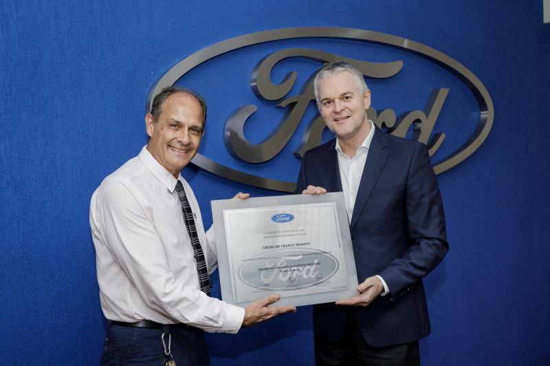 Creso Peixoto recebe a placa do presidente da Ford América do Sul, Lyle Watters - Foto: Divulgação - Foto: Divulgação/Garagem 360/ND