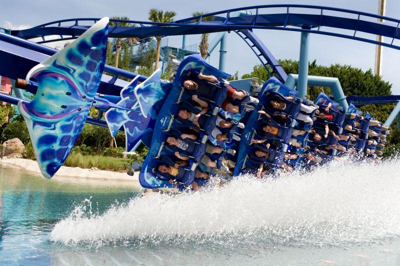 O Sea World Orlando é uma opção bacana para quem gosta de atrações aquáticas e animais marinhos. A montanha-russa da foto é a Manta, que percorre os trilhos com os visitantes na posição horizontal (parece que você está voando como o Superman) - Divulgação - Divulgação/Rota de Férias/ND