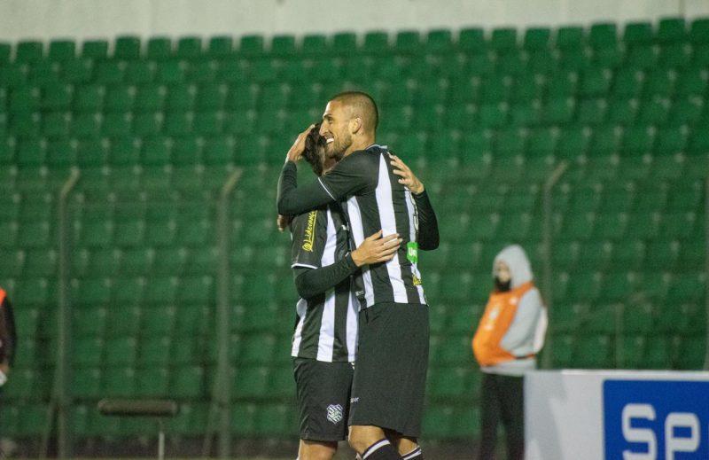 Rafael Marques, abraçado com Willian Popp, autor do gol do título do Figueirense - Matheus Dias/FFC