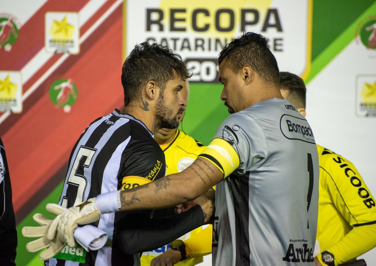 Zé Antônio e Carlão, capitães, cumprimentam-se antes do duelo - Patrick Floriani/FFC/divulgação