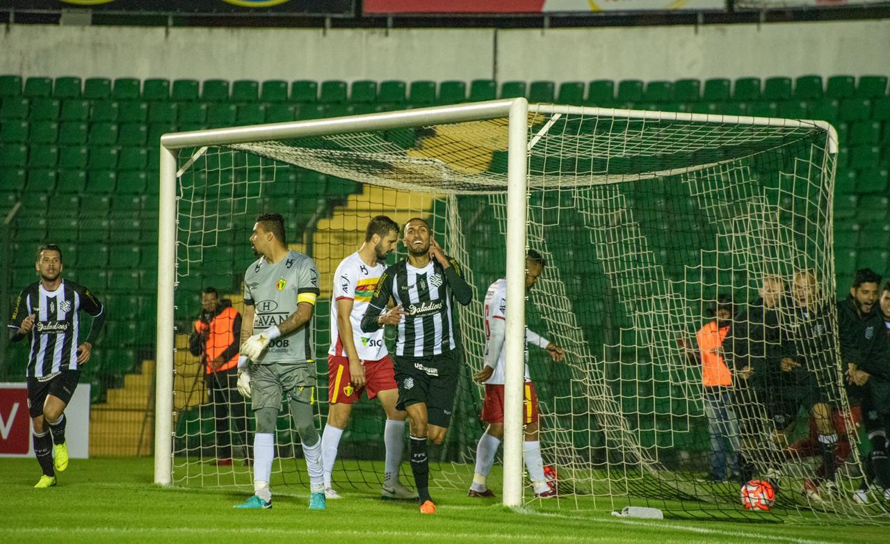 Rafael Marques sai para comemorar seu gol - Matheus Dias/FFC
