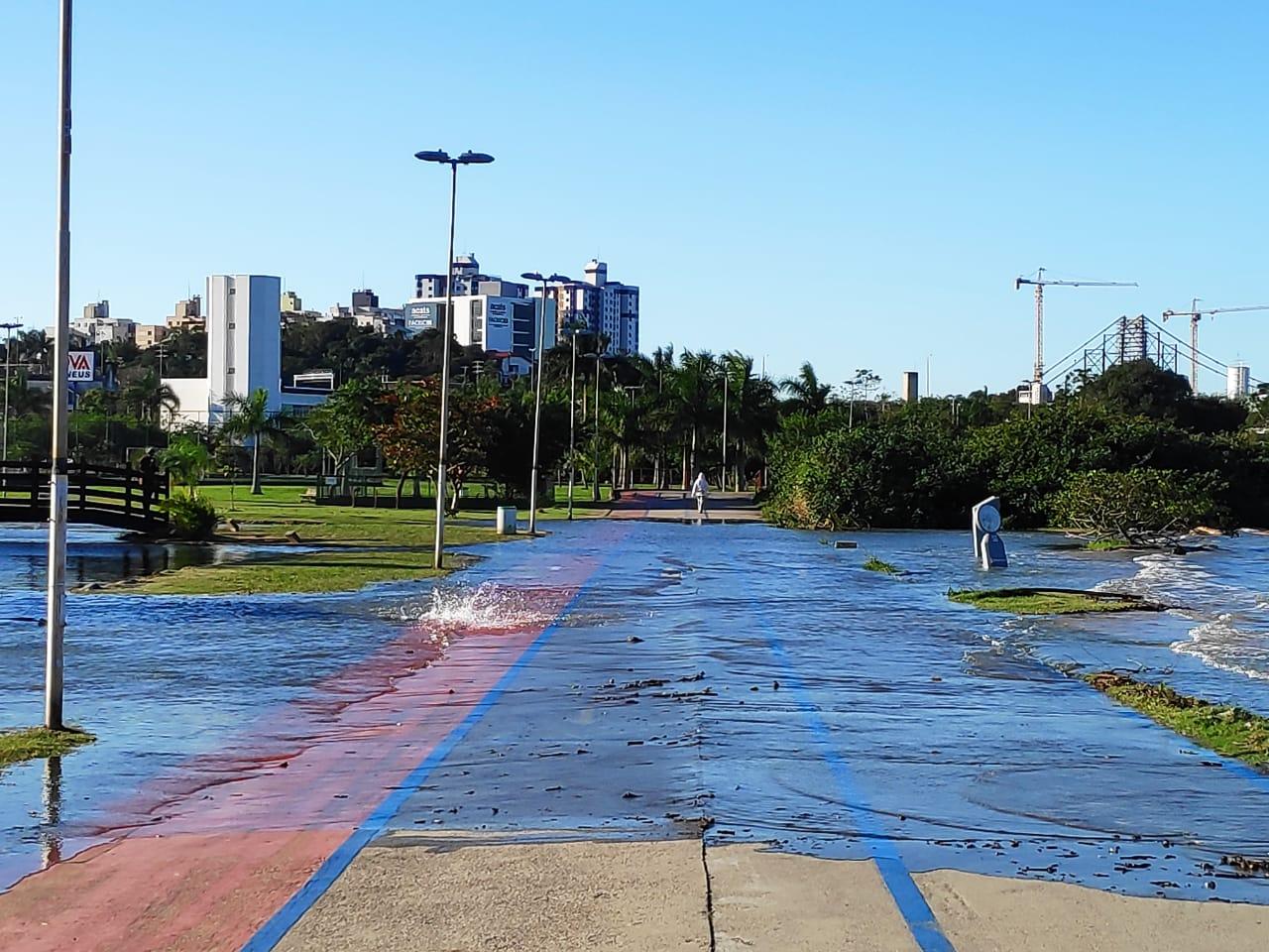O fenômeno da maré alta voltou a inundar vias e parques em Florianópolis na tarde desta quinta-feira (4). Entre as regiões mais afetadas estão a avenida da Saudade, na região central. - Fotos: Daniel Queiroz/Divulgação