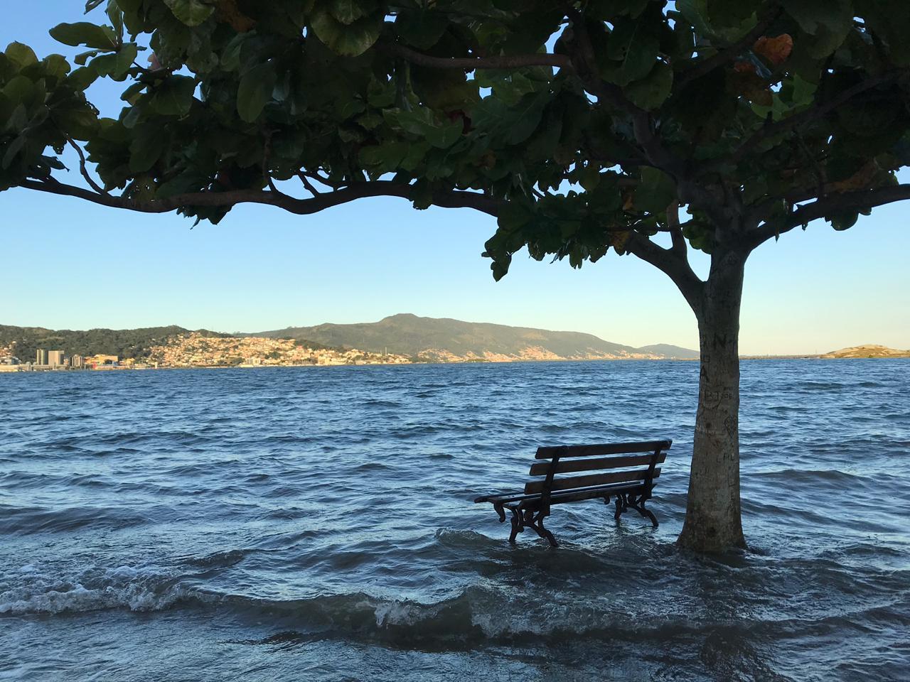 Parque de Coqueiros, no Continente, foi mais uma área afetada com a maré alta - Anderson Coelho/ND
