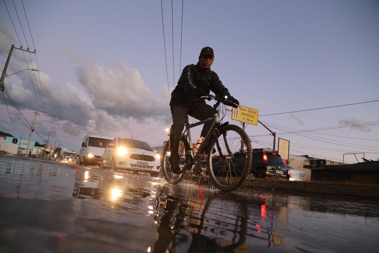 Ciclista atravessando a pista inundada, na SC-405 no Sul da Ilha - Anderson Coelho / ND