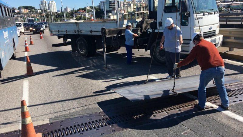 Placa metálica provisória foi colocada na ponte Pedro Ivo Campos por falta de parafusos para fixação da junta. Foto: RIC TV/Divulgação