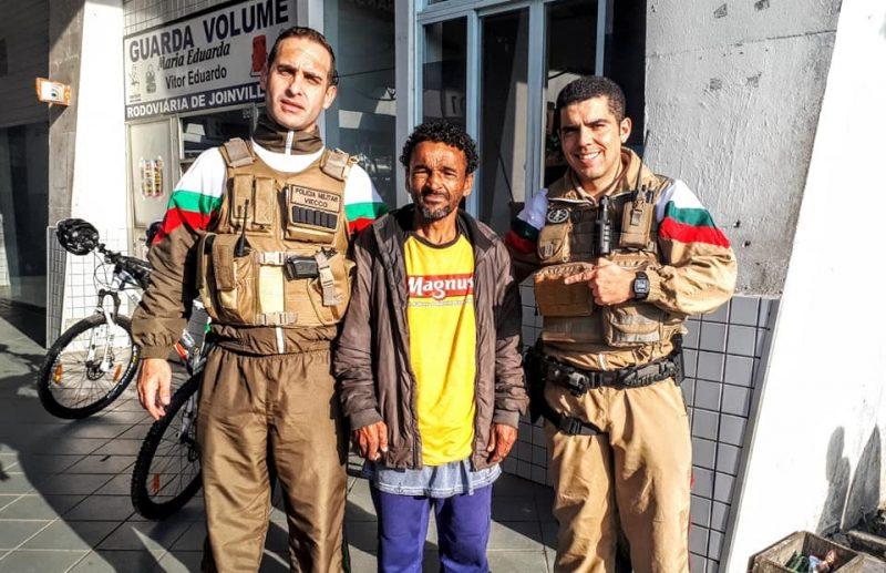 Agentes pagaram um café para seu Arlindo após o belo gesto – Reprodução/Facebook