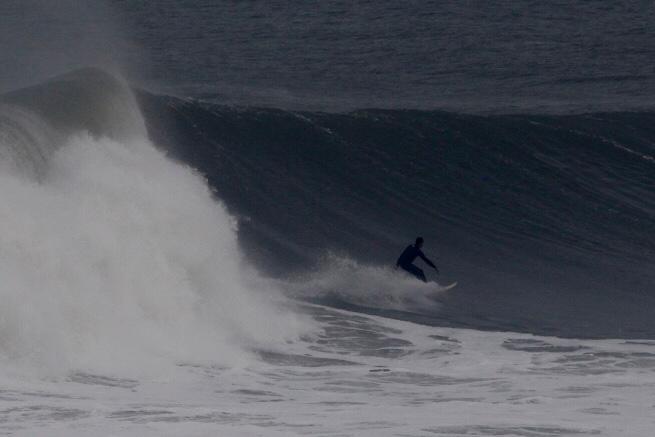 Joaquina em dia de ressaca: espetáculo da natureza e alegria dos surfistas - Flavio Tin/ND