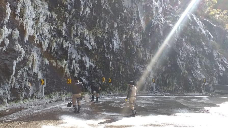 O asfalto na Serra do Rio do Rastro ficou congelado - Reprodução/RICTV