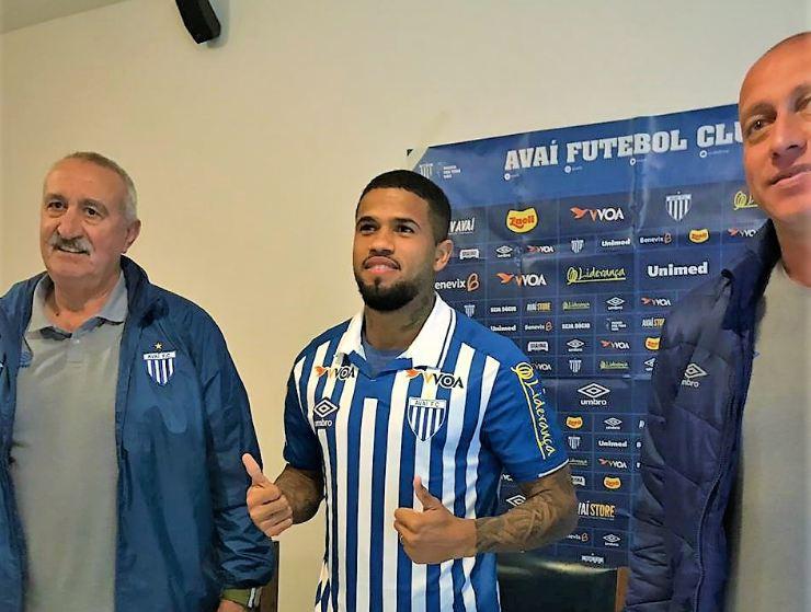Lateral Léo foi apresentado ao lado do diretor Joceli dos Santos e o gerente Marquinhos Santos – André Palma Ribeiro/Avaí F. C.