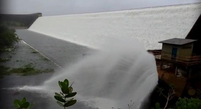 Uma barragem se rompeu, nesta quinta-feira (11), entre as cidades de Pedro Alexandre e Coronel João de Sá, a cerca de 437 km de Salvador, no interior da Bahia - Reprodução/R7