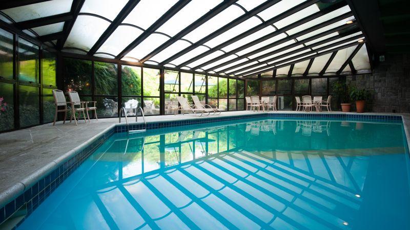 Cercada pelo verde da natureza, a piscina do Hotel Casa da Montanha, em Gramado, Rio Grande do Sul, é um recanto de tranquilidade e sossego - Divulgação - Divulgação/Rota de Férias/ND