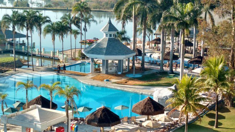 Em meio a coretos e bangalôs, a piscina principal do Mavsa Resort é a mais disputada da hospedagem. Fica pertinho de um lago, com atividades aquáticas - Divulgação - Divulgação/Rota de Férias/ND