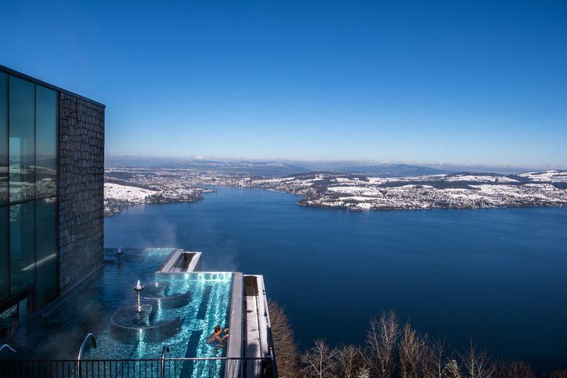 O Bürgenstock, em Lucena, na Suíça, conta com uma piscina nas alturas com design moderno e futurista. As bordas são infinitas e oferecem vista para os Alpes - Divulgação - Divulgação/Rota de Férias/ND