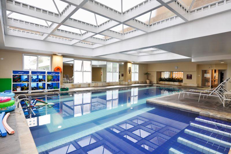 A piscina do Comfort Suítes e Radisson Alpahville é uma opção para relaxar sem se preocupar se está frio ou calor - Divulgação - Divulgação/Rota de Férias/ND
