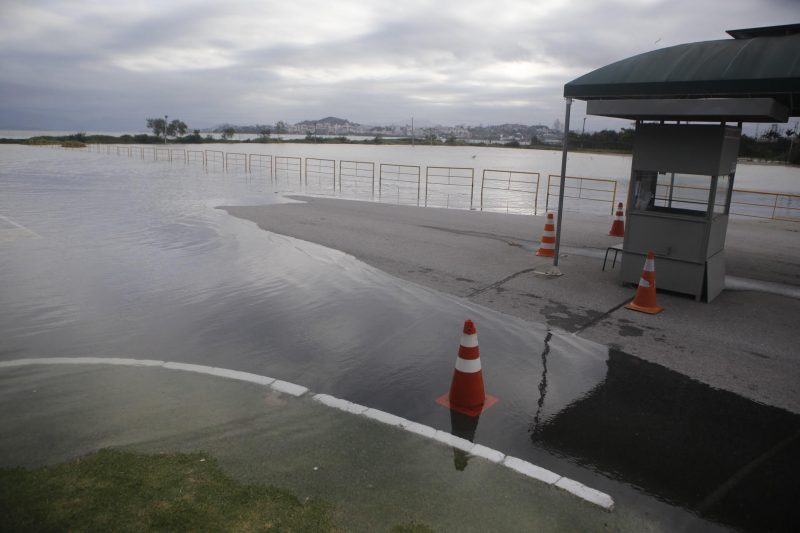 Maré alta inundou o estacionamento próximo ao TICEN – Flavio Tin/ND