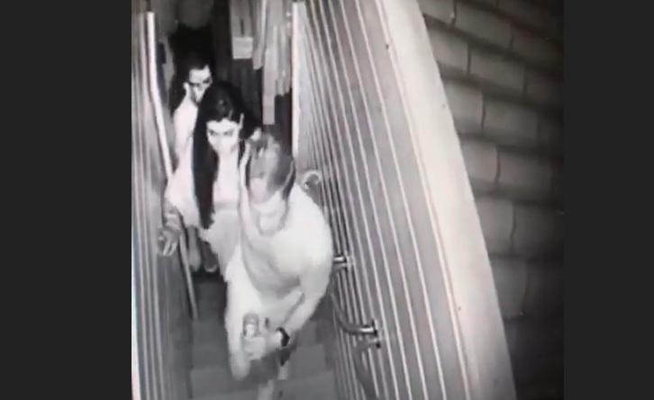 Polícia afirma que homem subindo escadas com Mariana é André de Camargo Aranha – Foto: Reprodução/ND