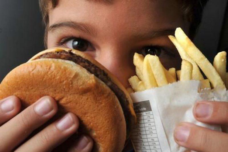 """Como evitar a obesidade infantil? No Brasil, 13% dos meninos e 10% das meninas entre 5 e 19 anos sofrem com obesidade ou sobrepeso, de acordo com o Ministério da Saúde. """"A gente precisa fazer com que as crianças entendam a importância da alimentação saudável"""", recomenda Cristina. Ela acredita que o estímulo a alimentação saudável nas escolas e pelos pais é fundamental. """"As leis de diretrizes e bases da educação já incluem o estudo da alimentação e do autocuidado. Mas é importante também que os pais estejam conscientizados, pois quem compra a comida para as crianças são eles"""", afirma. - Marcello Casal Jr/ Agência Brasil"""