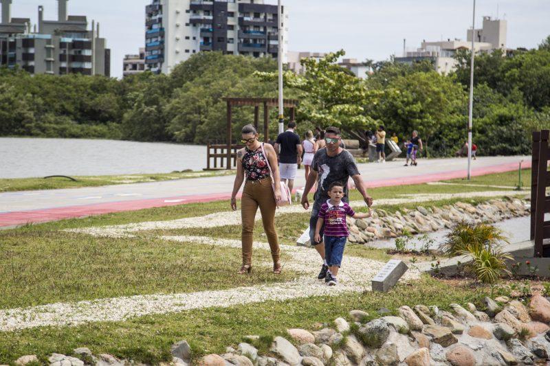 O Parque de Coqueiros é um espaço de lazer para todas a família. Além disso, você pode encontrar quadras de basquete, pistas de caminhada, ciclismo e campos de esportes. O espaço é uma ótima pedida para uma tarde tranquila com a família, amigos ou até mesmo sozinho para praticar suas atividades físicas - Marco Santiago/ND