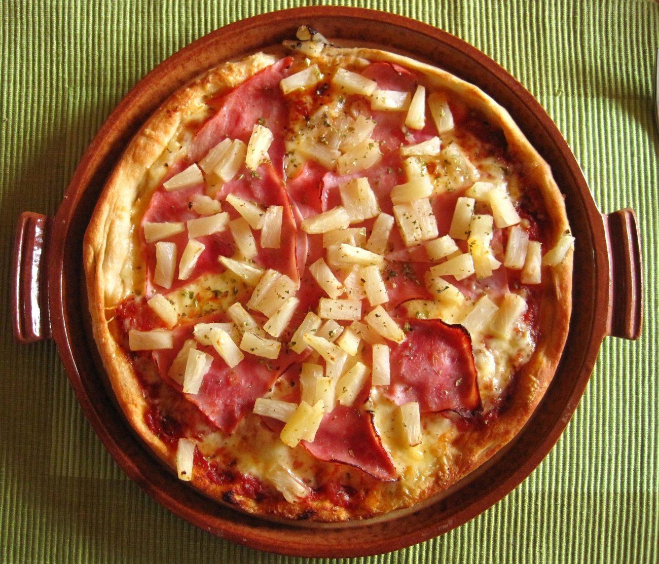 O grego Sam Panopoulos era dono de um restaurante no Canadá. Em 1962, ele criou o sabor de pizza havaiana, que coloca abacaxi e presunto na mesma pizza. O nome dela veio da marca da conserva de onde Panopoulos pegava a fruta. - Pixabay