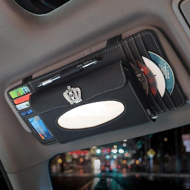 É praticamente uma carteira gigante com espaço para CDS, cartões e até lenco de papel. Pode até ser útil, mas deixa o interior com visual dos anos 1990 - Foto: Reprodução/AliExpress - Foto: Reprodução/AliExpress/Garagem 360/ND