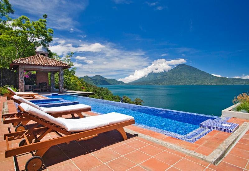 Que tal curtir uma piscina de borda infinita com vista para os vulcões da Guatemalla. No Casa Palopó, você pode - Divulgação - Divulgação/Rota de Férias/ND