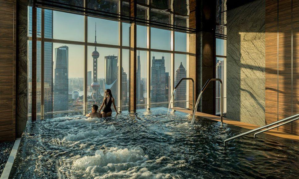 Um oásis urbano ocupa o 41º andar do Four Seasons Hotel Shanghai Pudong, na China. A piscina interna com borda infinita pode ser reservada de forma exclusiva depois das 23h, com direito a canapés e espumante - Divulgação - Divulgação/Rota de Férias/ND