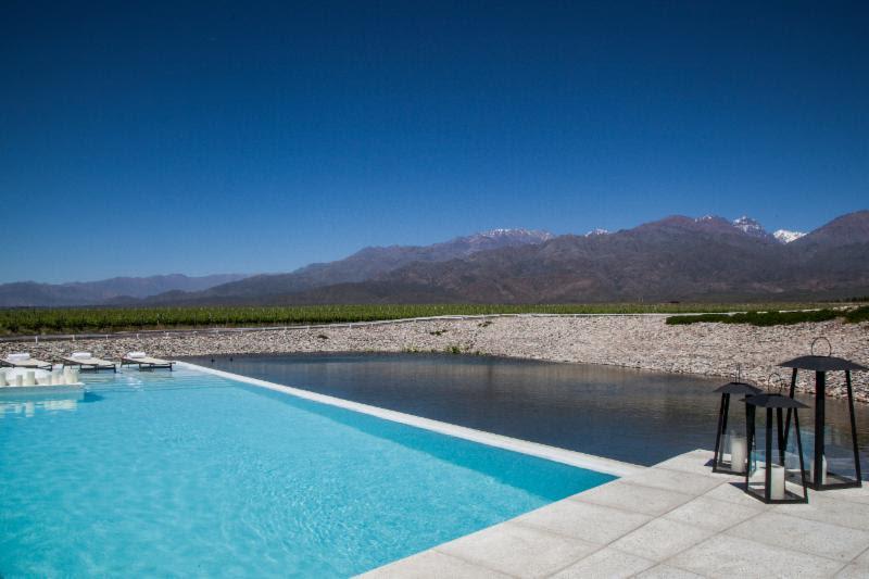 Quem vai a Mendoza, na Argentina, pode relaxar na piscina do hotel Casa de Uco. Ela foi construída dentro de um lago e é cercada por 70 hectares de vinhedos - Divulgação - Divulgação/Rota de Férias/ND