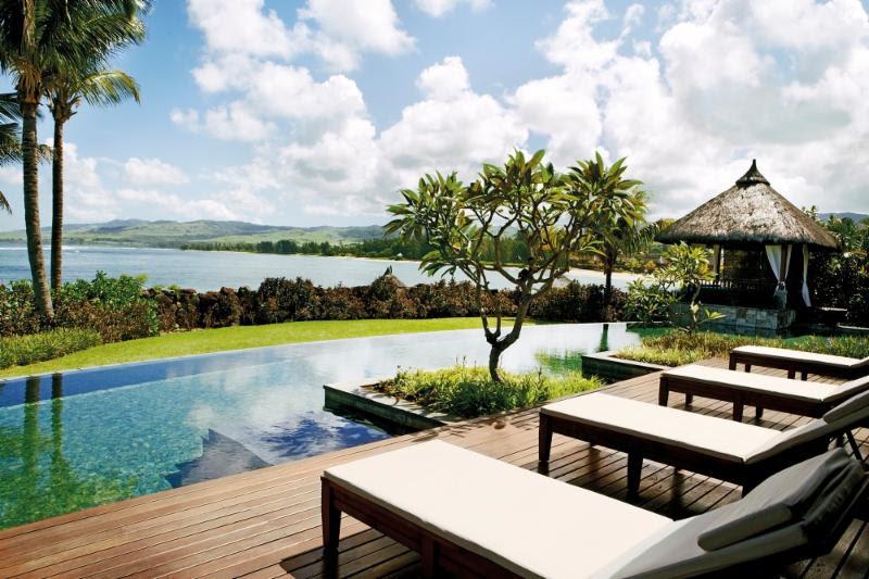 Se quiser algo exclusivo, reserve a suíte presidencial do Shanti Maurice, nas Ilhas Maurício. Com essa piscina da foto só para você, será difícil sair para conhecer outras atrações da região - Divulgação - Divulgação/Rota de Férias/ND