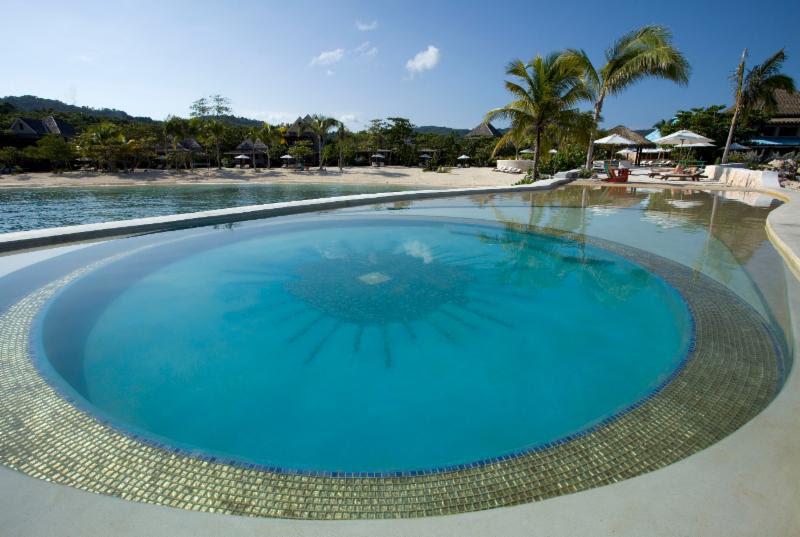 Celebridades como Kate Moss, Jude Law e Willie Nelson já se hospedaram no hotel GoldenEye, na Jamaica. Será que foi por causa dessa piscina? - Divulgação - Divulgação/Rota de Férias/ND