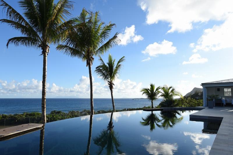 Curtir uma piscina com borda infinita e vista para o mar do Caribe é o sonho de consumo de muita gente. A da foto é do hotel Le Toiny, em St. Barth - Divulgação - Divulgação/Rota de Férias/ND