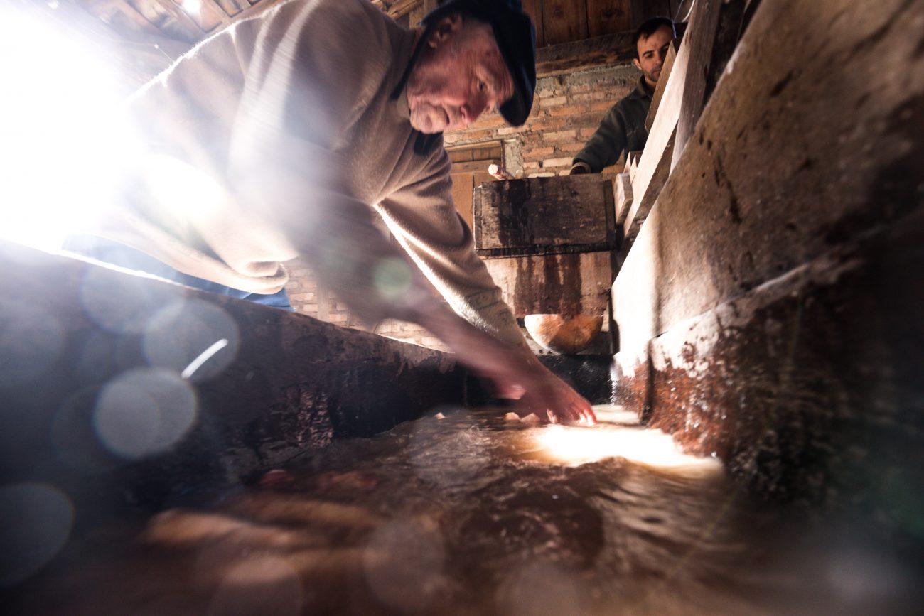 Sem a casca, mandioca é lavada antes de ser triturada - Anderson Coelho/ND -