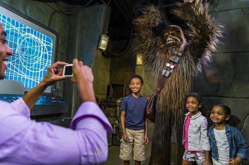 Vira e mexe, o Chewbacca, um dos personagens queridinhos do público, aparece no local para tirar fotos com os fãs - Divulgação - Divulgação/Rota de Férias/ND