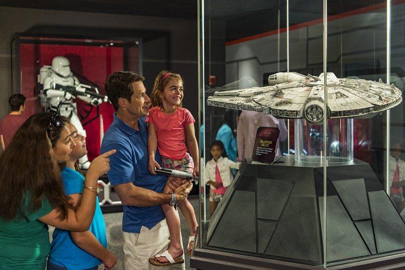 Miniaturas de naves e objetos usados nos filmes da franquia levam qualquer fã que visita o Star Wars Launch Bay à loucura. Na foto, uma réplica da Millenium Falcon, veículo do personagem Han Solo - Divulgação - Divulgação/Rota de Férias/ND