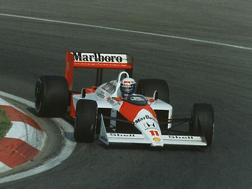 Alain Prost e Ayrton Senna: a vida de Senna não estava fácil em 1989. O acidente com Mansell deixou o piloto muito atrás de Prost na luta pelo seu segundo título. Ayrton precisava vencer de qualquer forma o GP do Japão de 1989 para seguir vivo na disputa. Porém, seu rival francês começou melhor a corrida e liderou até a volta 46, quando Senna deu o bote e tentou ultrapassá-lo. Prost optou por não fazer a curva, deixou seu carro bater no de Ayrton e ainda conseguiu que o brasileiro fosse desclassificado após ter conseguido vencer a prova. O vídeo está aqui: https://bit.ly/2N2M8Gw - Foto: Paul Lannuier on VisualHunt.com / CC BY-SA - Foto: Paul Lannuier on VisualHunt.com / CC BY-SA/Garagem 360/ND