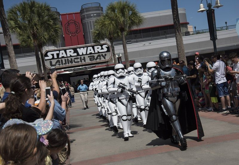 Comandados pela Capitã Phasma, os Stormtroopers da Primeira Ordem marcham pelo Hollywood Boulevard até o Center Stage do Disney's Hollywood Studios - Divulgação - Divulgação/Rota de Férias/ND