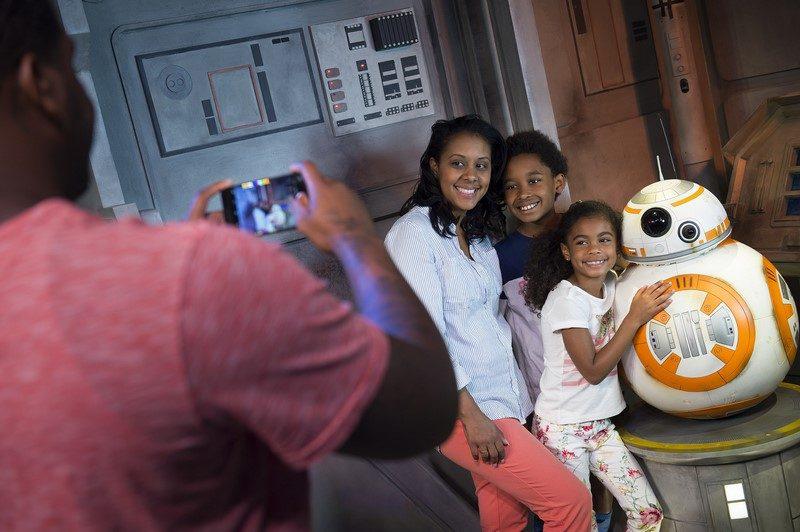 """A galera também pode tirar foto com o fofíssimo e divertido robô BB-8, que também conquistou o público após o lançamento de """"Star Wars: O Despertar da Força"""" (2015) - Divulgação - Divulgação/Rota de Férias/ND"""