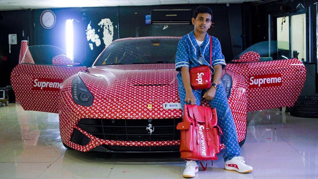 Carros com personalizações de gosto duvidoso - Filho de um bilionário de Dubai, Rashed Belhasa customizou uma Ferrari F12 com logotipos da Louis Vuitton e da Supreme - Foto: Reprodução/Instagram - Foto: Reprodução/Instagram/Garagem 360/ND