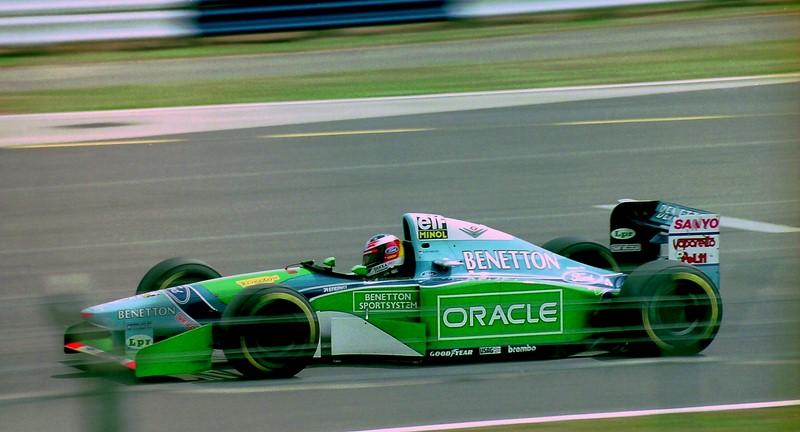 Michael Schumacher e Damon Hill: ainda piloto da Benetton, o alemão jogou seu carro em cima da Williams de Hill durante o GP da Austrália de 1994. Com o abandono de ambos, Schumacher conseguiu seu primeiro título de maneira polêmica. A vitória ficou com Nigell Mansell e foi a última glória do inglês na categoria. O vídeo da manobra está aqui: https://is.gd/gGcP7E - Foto: Karting Nord on Visual Hunt / CC BY-SA - Foto: Karting Nord on Visual Hunt / CC BY-SA/Garagem 360/ND