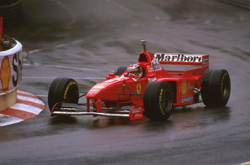 Michael Schumacher e Villeneuve: o GP da Europa de 1997 entrou para a história com a disputa entre Schumacher e Villeneuve. Durante uma tentativa de ultrapassagem do canadense, o alemão tentou repetir a manobra de três anos antes, mas dessa vez se deu mal. Schumacher abandonou a corrida e foi excluído do campeonato por jogar seu carro contra o adversário. Além disso, teve que se contentar com o título de Villeneuve. O vídeo pode ser visto aqui: https://is.gd/LWuHHr - Foto: alessio mazzocco on VisualHunt / CC BY-NC - Foto: alessio mazzocco on VisualHunt / CC BY-NC/Garagem 360/ND