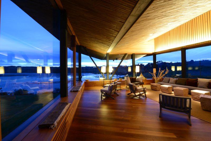 Por dentro, o Tierra Chiloé também é feito em madeira. Os ambientes contam com grandes janelas panorâmicas, que permitem contemplar toda a beleza bucólica do destino. Os visitantes têm acesso a uma biblioteca e a um