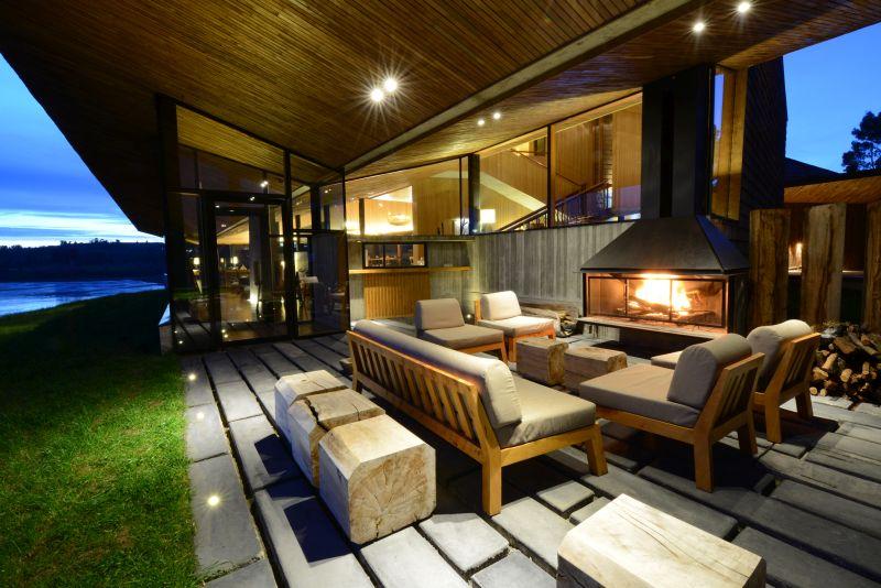Em Chiloé, as temperaturas são baixas (variam entre 18°C e 5°C ao longo do ano). Por isso, recomenda-se que as pessoas se vistam com três camadas de roupa. Quem gosta de um friozinho vai adorar a sala externa do hotel, que conta com sofás confortáveis e uma lareira aconchegante - Divulgação - Divulgação/Rota de Férias/ND